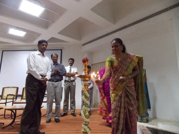 Dr. Mrs. சக்திவேல் ராணி, HoD-Business Administration, KLU அவர்கள் குத்துவிளக்கேற்றி நிகழ்ச்சியினைத் தொடங்கி வைக்கிறார்கள். அருகில் (இடமிருந்து வலம்) Dr. திரு. V. வாசுதேவன், தாளாளர், KLU, நான், திரு. குருநாதன், MSE ஆகியோர்.