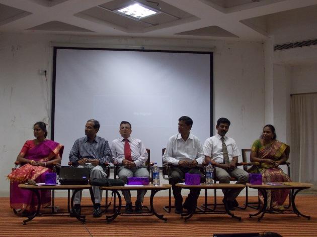 இடமிருந்து வலம்: Dr. Mrs. சக்திவேல் ராணி, HoD-Business Administration, KLU, பாபு கோதண்டராமன் (நான்தாங்க!), திரு. P. சம்பத்குமார், AGM-MSE, Dr. திரு. V. வாசுதேவன், தாளாளர், KLU, திரு. C. குருநாதன், Business Development Manager, MSE. மற்றும் Prof. Ms. M. செல்வராணி